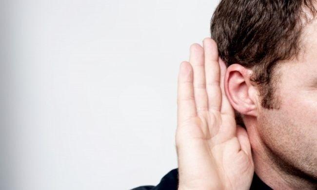 ایک دوسرے کے کان میں بات کرنا
